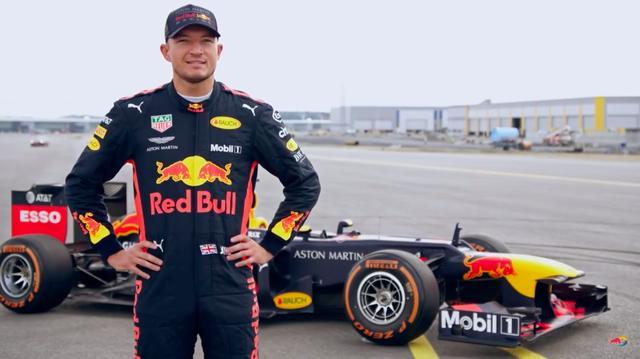 画像: J.デニスが駆るのはレッドブルF1・・・この組み合わせも優勝候補ですね・・・。 www.youtube.com