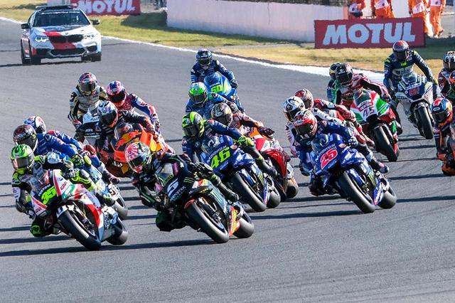 画像: 緊迫の決勝スタート直後! race.yamaha-motor.co.jp