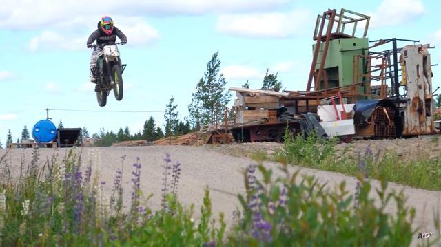 画像: もちろんダートバイクですから、ジャンプなども余裕でこなします! www.youtube.com