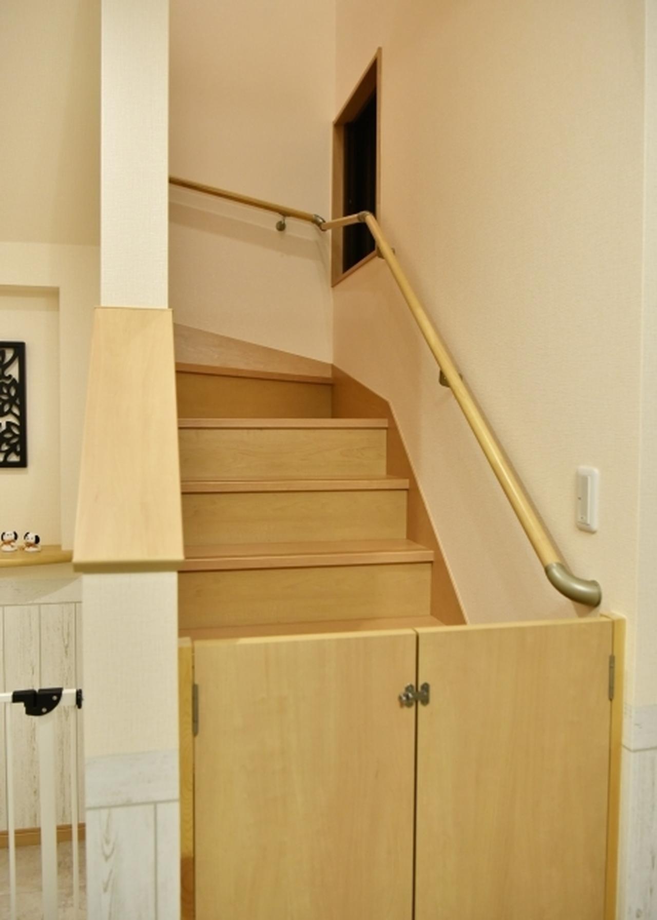 画像: 二階に行く階段には、ワンちゃんが行かないよう鍵付きの扉が☆