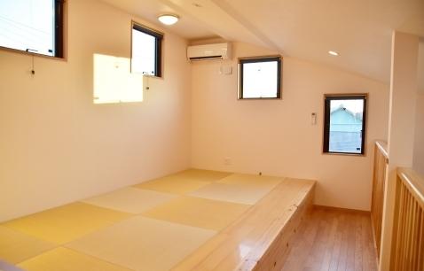 画像: 二階ロフトには最大4人まで布団を敷けます☆トイレは二階にもあります!