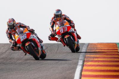 画像: 2018年シーズンの王者を決めたマルク・マルケス(93番ホンダ)と、チームメイトのダニ・ペドロサ(26番ホンダ)。 www.motogp.com