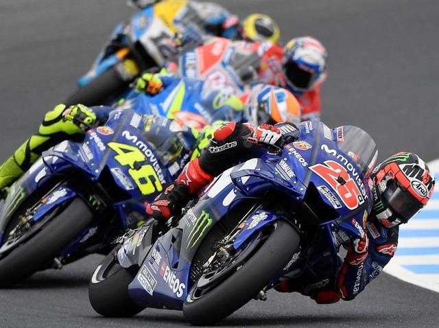 画像: 予選2番手を獲得したM.ビニャーレス(25番、ヤマハ)。チームメイトのバレンティーノ・ロッシ(46番)はサードローの7番手となりました。 race.yamaha-motor.co.jp