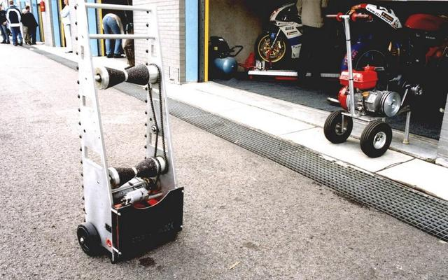 画像: 左がいわゆる「スターティングブロック」です。このように自立できるタイプが多く、右のエンジンスターターよりも収納に必要な床面積がちょっと少ないのもメリットです。 technomoto.blogspot.com