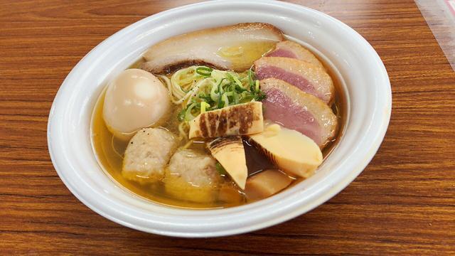 画像: 自家製麺 竜葵の「日本三大地鶏 極上塩らぁ麺」 全部のせにしました!笑 鴨!うまい!!