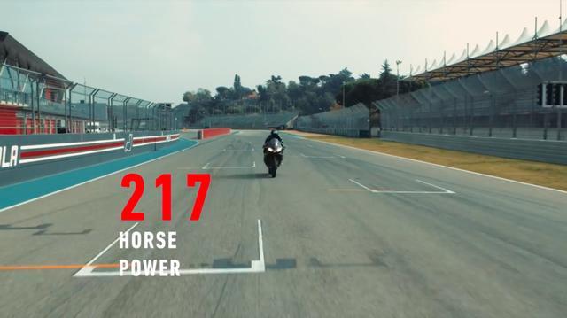 画像: ビアッジの走りとともに、リーンアングル61度、0-200km/h加速7.5秒、最高出力217馬力など、RSV4 1100ファクトリーの驚異のスペックの数々が紹介されていきます・・・。 www.youtube.com