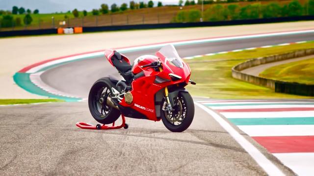 画像: MotoGPマシン開発で得た技術をフィードバックした、ウイングレット付きのフェアリングを備えるパニガーレ V4 R。 www.youtube.com