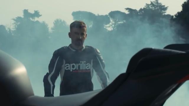 画像: なんと! RSV4 1100ファクトリーに歩み寄るのは、あの元MotoGPライダーのマックス・ビアッジ大先生! www.youtube.com