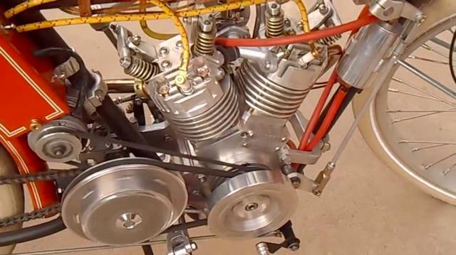 画像: 駆動方式はプライマリーがプーリー、ファイナルがチェーン。プーリーで電気系を駆動しているのがわかります。 www.youtube.com