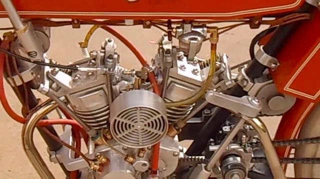 画像: バルブトレインはオーバーヘッドバルブ方式を採用。プッシュロッドやロッカーアームなどが、ピョコピョコ動く様子を見ることができるのが楽しいですね。 www.youtube.com