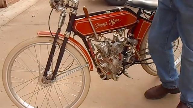 画像: 車名は「フランツ・フライヤー」。フラットタンク、ガーダーフォーク、リアリジッド・・・という車体構成が、20世紀初頭のアメリカ車っぽいです。 www.youtube.com