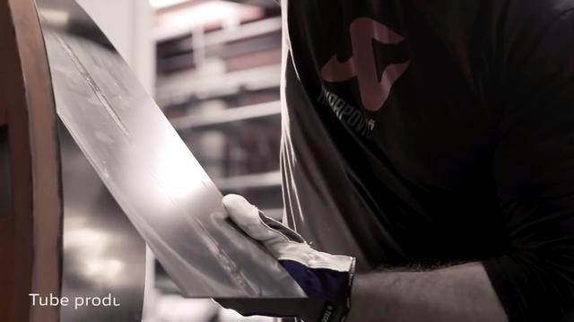 画像: 製造はアクラポビッチのスロベニア工場で行われます。チタン合金のシートをロールさせて、チューブを作ります・・・。 www.youtube.com