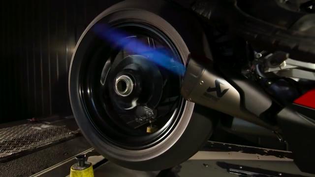 画像: 完成し、車体に取り付けられたエキゾーストシステムは、ダイナモテストでチェックされます。 www.youtube.com