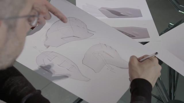 画像: ボルゴ・パニガーレのドゥカティ・デザイン・センターでの設計作業。CAD全盛の時代でも、人間の手とペンは変わることなく活躍します。 www.youtube.com