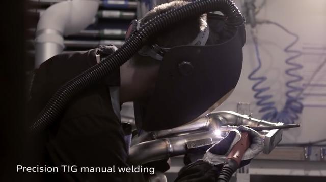 画像: 高精度のレース用エキゾーストシステムを作り上げるには、もちろん熟練の溶接工の手も必要です。 www.youtube.com