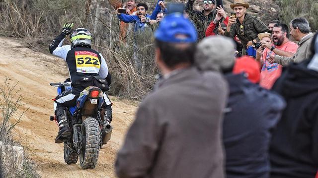 画像: 途中でリアショックユニットはほとんど「死んでいた」状態だったそうですが、なんとか無事にゴールまで走り抜いたR.ドミンゴス。彼の奮闘に、観衆は惜しみない喝采を捧げました。 www.bajaportalegre500.com