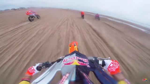 画像: 直線のスピード感あふれるシーンは爽快ですが、これでコケたら鎖骨とか折っちゃうでしょうね・・・。 www.youtube.com