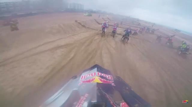 画像: ただでさえトラクションを得難い砂浜で、丸太を埋設するって相当にキツイ障害物競争ですよね・・・。 www.youtube.com