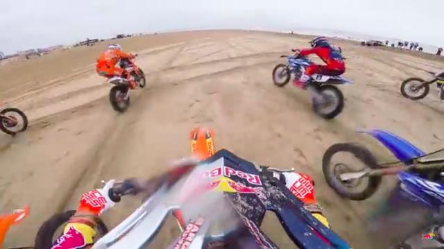 画像: スタート! 参加者が一斉に2kmのストレートを爆走するシーンは、スピード感がスゴイ! www.youtube.com