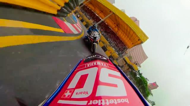 画像: 後ろからデレク・シールズのBMW S1000RRが迫ります! www.youtube.com