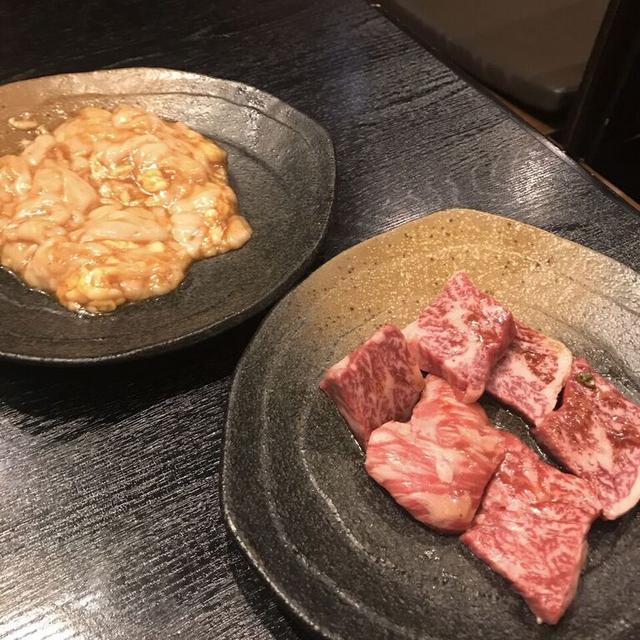 画像: ホルモン(左) ¥830   ハラミ(右) ¥1,290