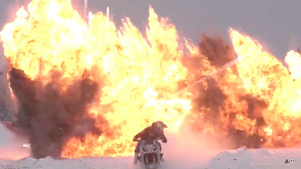 画像: スタントフリークス・・・というくらいですから、このような派手な爆発シーンももちろん? ありますよ。 www.youtube.com