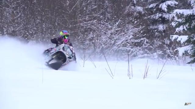 画像: 動画のなかでは、雪の路面の上でハツラツに走り回るGSX-R1000スノーバイクの走りを楽しめます。 www.youtube.com