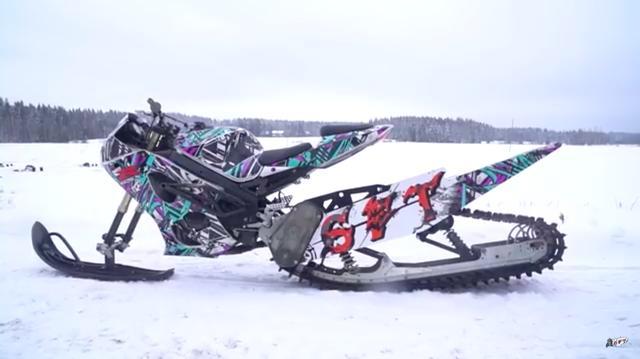 画像: こちらがスズキGSX-R1000スノーバイクです。グラフィックとカラーリングがとても派手ですね。 www.youtube.com