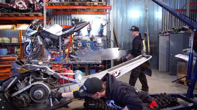 画像: 動画の終盤では、GSX-R1000スノーバイクの製作現場も紹介されています。 www.youtube.com