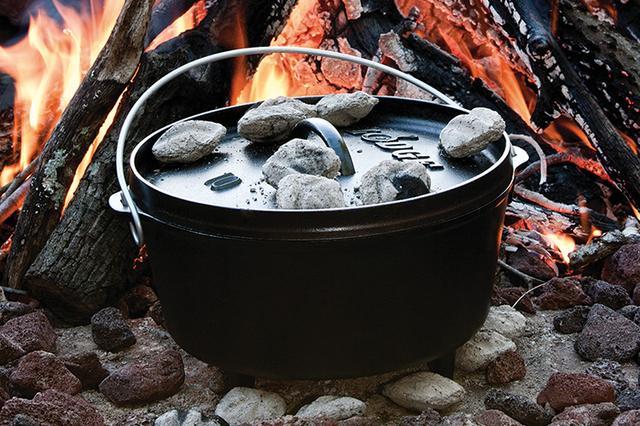 画像: キャンプオーヴン 12インチ DEEP ¥19,000(本体価格)。鋳鉄製で、内径30cm、深さ12.5cm、重量8.72kgというサイズ。1896年に誕生したロッジは、ダッヂオーブンのメジャーブランドのひとつです。 www.lodge-cooking.com