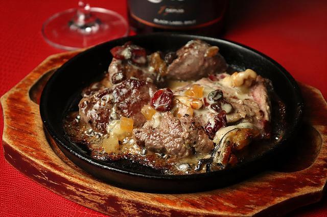 画像: 牛肉のサーロインと赤身と牡蠣のステーキ/ゴルゴンゾラチーズとドライフルーツクリームソース www.kaki-hisagi.com