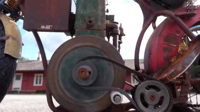 画像: プライマリーはプーリーとVベルトです・・・。弛んだVベルトのテンションを締め付けることで、発進が可能になる仕組みです・・・。なんともシンプルな!!!! www.youtube.com