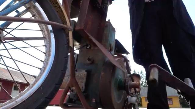 画像: 車体横のボックスの、上面にあるボタンを押すと、エンジン始動用のクランクが・・・。 www.youtube.com