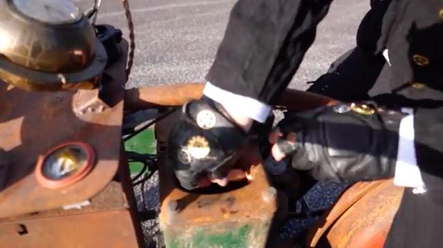 画像: 走行の前に、冷却水ホッパに何かを仕込んでいます・・・? www.youtube.com