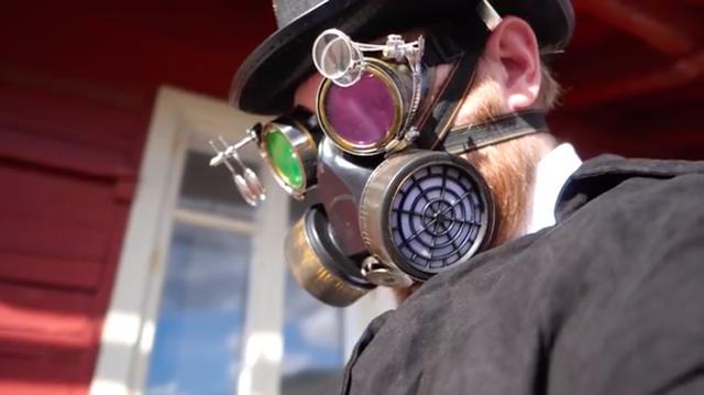 画像: ガスマスク+不思議なゴグルを顔につけたアヤシイ男が登場・・・。 www.youtube.com