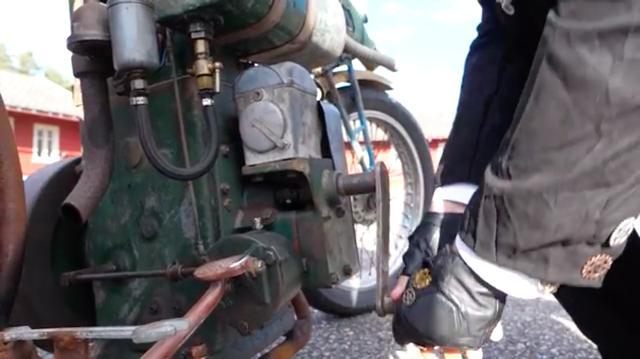 画像: 1936年製リスターDが、このラットバイクの心臓部です。なおリスターDは1926〜1964年の間に生産された石油発動機です。「箱マグ」と俗に呼ばれる、点火用ルーカス製マグネトーが見えますね。 www.youtube.com