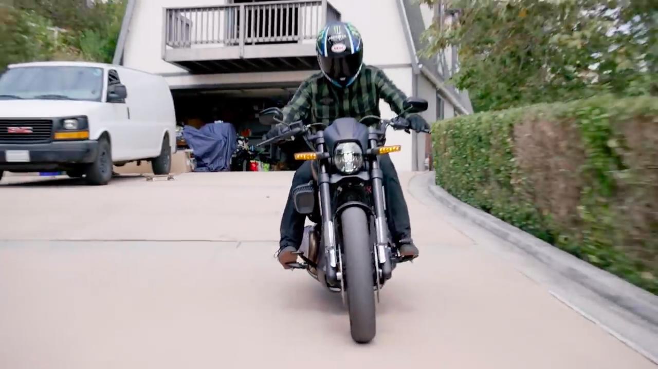 画像: ガレージを通過してハーレーのFXDR 114に乗るのですが、その間をわざわざスケボーで移動・・・まぁ演出ですからね(笑)。 www.youtube.com