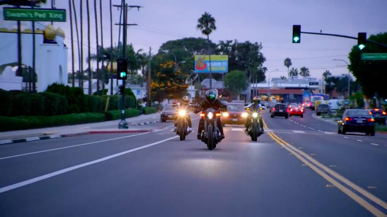 画像: 再びFXDR 114の車上に戻ったA.ホッジス。公道でシグナルグランプリのシーンが入るところが、大らかですね。日本でのCMでは、まずNGでしょう・・・。 www.youtube.com