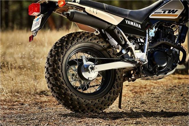 画像: TW最大の特徴で、最大の魅力のリアタイヤ。リアブレーキは、ドラム式ってところが古めかしいですね。 www.yamahamotorsports.com
