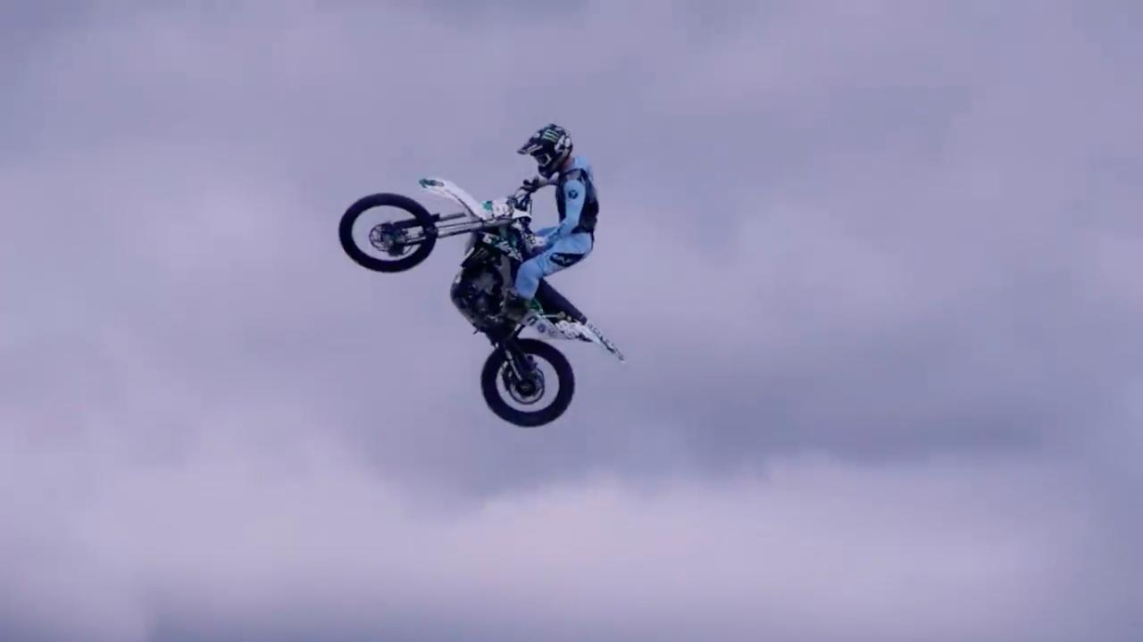 画像: で、このシーンですが・・・X-GAMESでの彼の愛機、カワサキのモトクロッサーにマシンがチェンジされます。 www.youtube.com