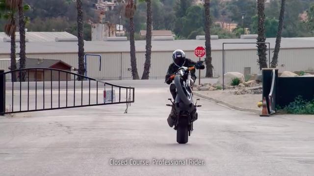 画像: お約束? の 「閉鎖されたコースでの、プロフェッショナルライダーによる撮影です」の注意書き付きです(笑)。重たいFXDR 114でも、彼の手にかかればウィリーも楽々です。 www.youtube.com
