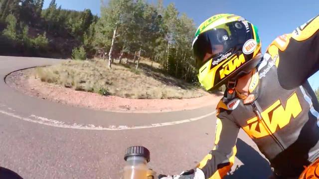 画像: カメラ位置が変わり様々なアングルで激走の様子を撮影しています。 www.youtube.com