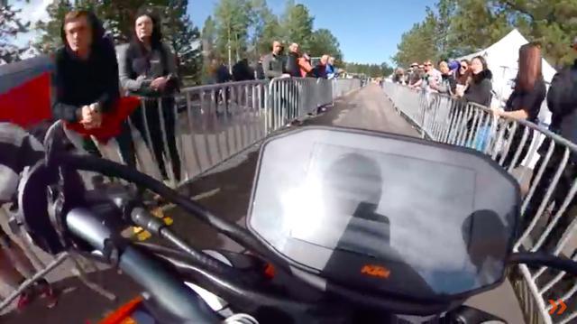 画像: 動画はピットからスタートラインにつくところから始まります。 www.youtube.com