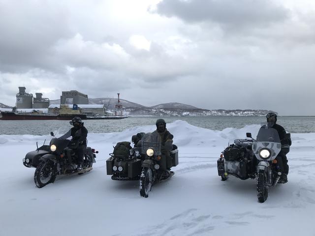 画像: 集合場所の小樽フェリーターミナル。朝9時はこのようにちょっと青空が見えたりもしましたが、基本的には時々吹雪に見舞われるような天候がしばらく続きました・・・。