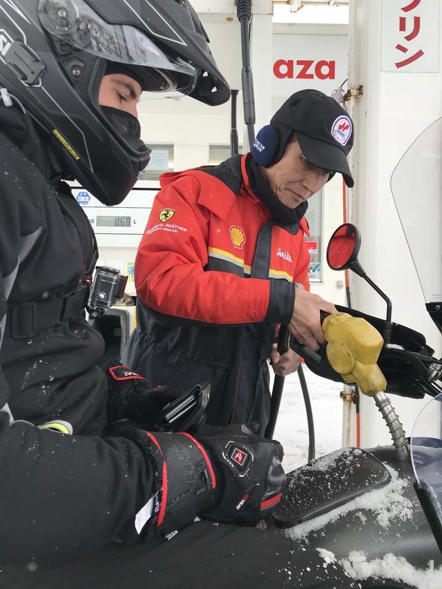 画像: 北海道はガソリンスタンドがない区間が結構長かったりするので、給油は計画的にしないといけません。雪道のため高回転域を使わないこともあり、今回の燃費はかなり良好な22km/hを記録! なおウラルサイドカーは満タンで、通常250kmくらいの航続距離とのことでした。