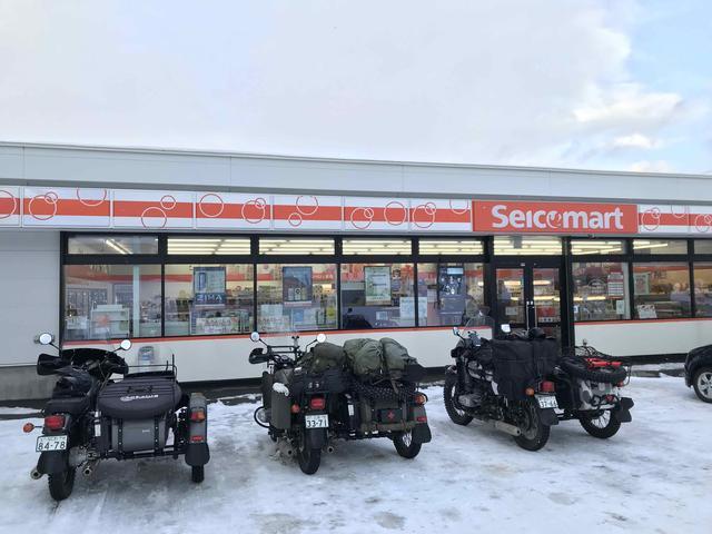 画像: 初日の宿への道中の途中、北海道ならではのコンビニである「セイコーマート」で休憩。今回の「URAL WINTER RIDE」では、セイコーマートは休憩場所として我々のオアシスになってくれました。マジ感謝 !!