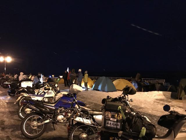 画像: 16:30ころ、駐車場に停まっているモーターサイクルの数を指を折って数えましたが、この時点で83台いました。その後もどんどん駐車場に入ってくるモーターサイクルは増えていったので、余裕で100台を超える数のモーターサイクルが宗谷岬を訪れていたと思われます。周囲にはキャンプをして初日の出を待つために、張られたテントがたくさんありました!