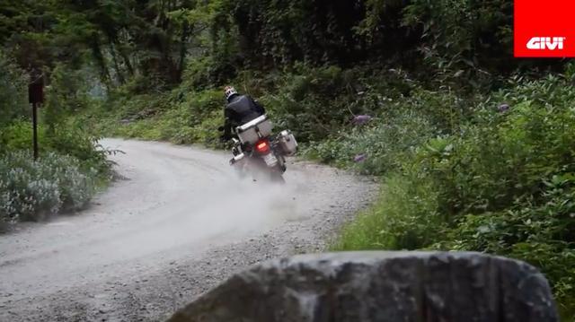 画像: コーナーもかなりアケアケで走り抜けます。こんなペースでツーリングしたら、かなり疲れそうですね(笑)。 www.youtube.com