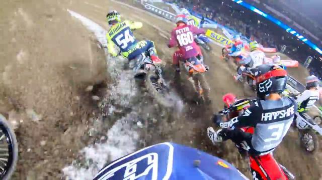画像: こちらはシェーン・マケラスのヘルメットカム。目の前で転倒者が!!!!!!!!!!! www.youtube.com