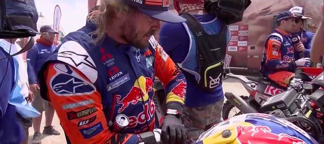 画像: 右手首を骨折した状態で第10ステージまで走り抜き、そして優勝までしてしまうトビー・プライス(KTM)。まさに超人です! www.youtube.com
